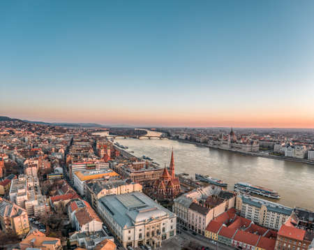 Aerial drone shot of Hungarian Parliament by Danube river before Budapest sunrise Stockfoto - 151029517