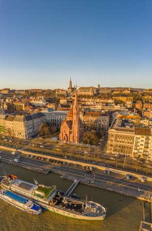 Aerial drone shot of Szilagy Dezso Square reformed church Matthias Church during Budapest sunrise Stockfoto - 151029521