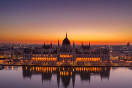 Aerial drone shot of Hungarian Parliament lights off before sunrise in Budapest dawn Stockfoto - 151127520