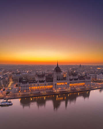 Aerial drone shot of Hungarian Parliament lights off before sunrise in Budapest dawn Stockfoto - 151127524