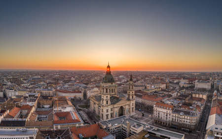Aerial drone shot of St. Stephen Basilica at Budapest dawn sunrise in morning Stockfoto - 151127705