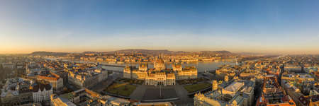 Panoramic aerial drone shot of Hungarian Parliament lights off before sunrise in Budapest dawn Stockfoto