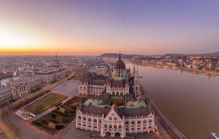 Aerial drone shot of Dome of Hungarian Parliament at dawn before sunrise in Budapest morning Stockfoto - 151134239