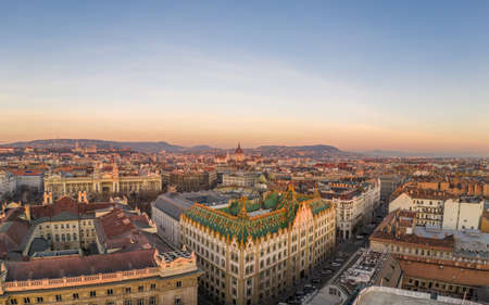 Aerial drone shot of art nouveau rooftop postal bank in Budapest dawn with Parliament view Stockfoto - 151134244