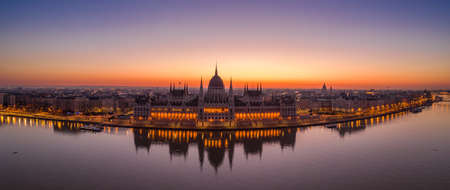 Panoramic aerial drone shot of Hungarian Parliament lights off sunrise in Budapest dawn Stockfoto - 151134253