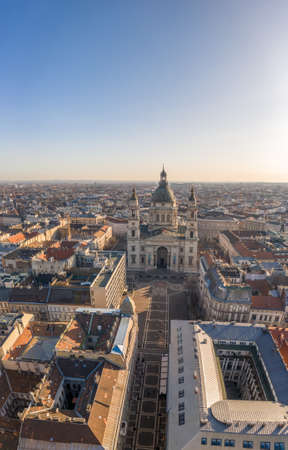 Aerial drone shot of St. Stephens Basilica with empty square in Budapest sunrise glow Stockfoto - 151134970