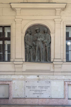 Bronze relief of 3 agronomists at acaare memorial kossuth square Stockfoto