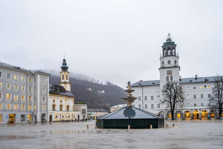 Residenzplatz city square during winter with closed fountain and heavy fog Stockfoto