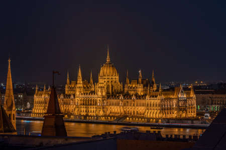 Danube river side view of Hungarian Parliament in the night from pest hill Stockfoto