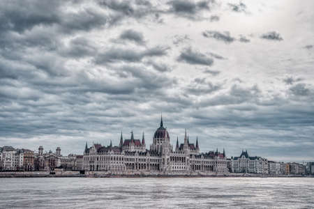 Hungarian Parliament facing Danube with clouds overhead in Budap Stockfoto