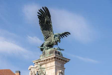 Bronze turul Bird statue on top of column at Sandor Palace on Buda Hill in Budapest winter morning Stockfoto