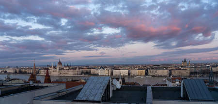 Panoramic view from Pest house balcony of Danube river side with Hungarian Parliament at dusk Stockfoto