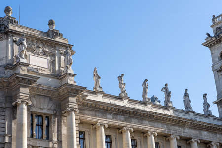 Allegorical sculptures of Attica on top right side of Museum of Ethnography in Budapest Stockfoto