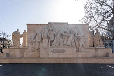 Complete limestone statue of monuments at Kossuth square besides Parliament building Stockfoto