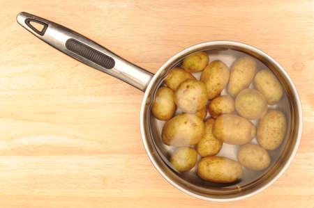potaotoes in a pan 스톡 콘텐츠