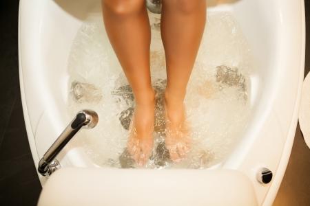 pedicura: Pies de la mujer dentro de un tratamiento de spa de agua Foto de archivo