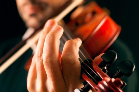 뮤지션 검정 배경에 바이올린 연주, 매크로.