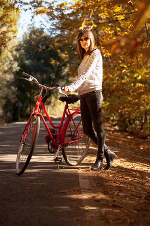 sexy young girls: Женщина позирует с велосипедом рядом с лесом