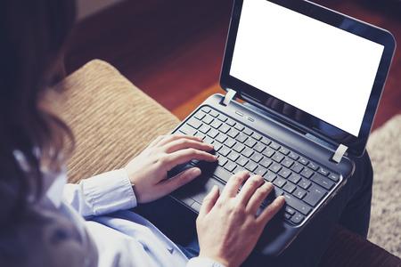 노트북에 입력하는 여자. 흰색 화면. 스톡 콘텐츠