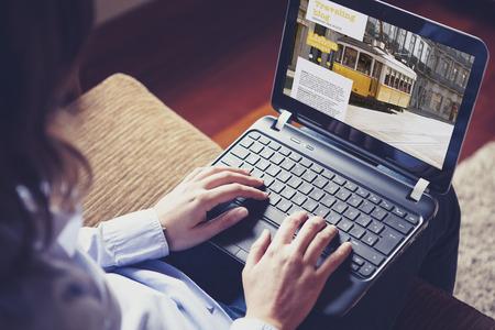 sexo femenino: Mujer escribiendo en un ordenador portátil.
