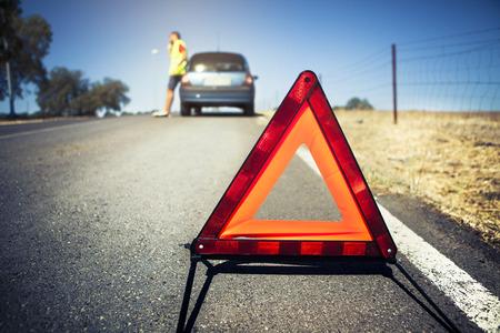 triangulo: Triángulo de emergencia. Hombre y detuvo coche en el fondo.