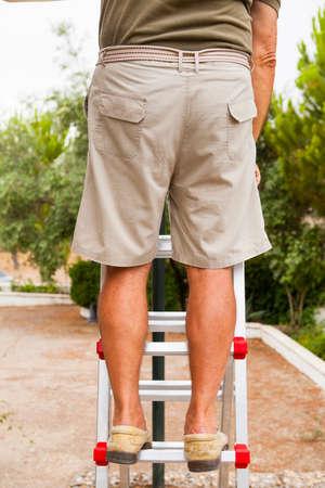 piernas hombre: Piernas del hombre en una escalera. Foto de archivo