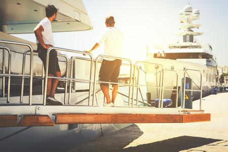 Yachting équipage sur la rampe de bateau.