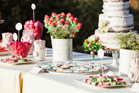 decoracion de pasteles: Dulces y pasteles en un almuerzo de boda.