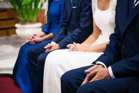 결혼식: 행사 기간 동안 웨딩 커플 및 가족 손의 세부 사항입니다.