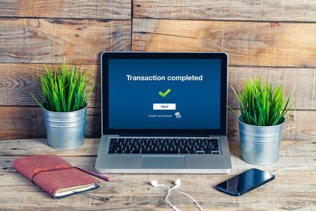 cuenta bancaria: Transacción completada mensaje en un ordenador portátil, en la oficina.