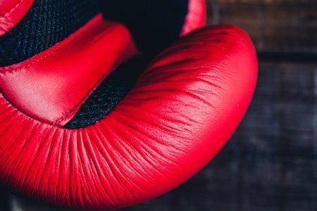 guantes de box: Detalle del guante de boxeo rojo.