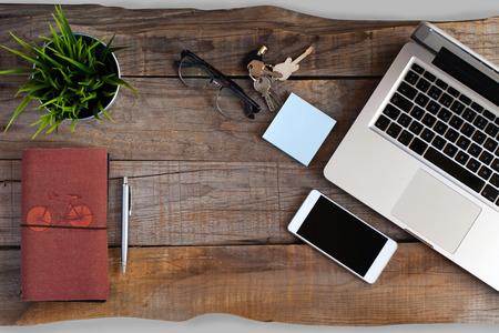 aerial: Smartphone, vidrios, la pluma y el ordenador sobre el escritorio mesa de madera.