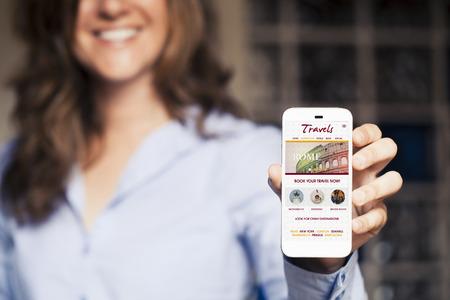 Travel website template design in een mobiele telefoon. Vrouw die slimme telefoon in de hand.