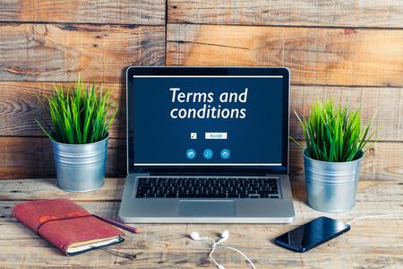 Message relatif aux conditions d'utilisation dans un ordinateur portable. Trucs de travail. Banque d'images - 76921796