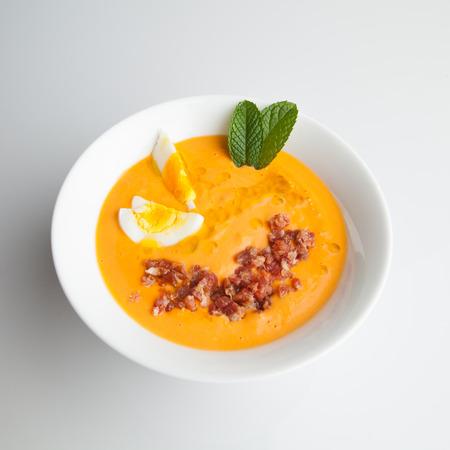 Salmorejo is een Andalusische gladde soep gemaakt met tomaten, brood en olijfolie. Stockfoto - 81854784