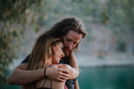 Paar man en vrouw omarmd in de natuur Stockfoto