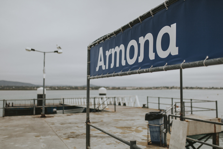 Armona Island, Portugal - March 23, 2018: Armona island pier with nobody on it, in a cloudy dar, in Olhao, Portugal Foto de archivo - 111317951