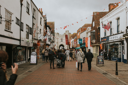 CANTERBURY, ENGLAND - October 28th, 2018: Canterbury shopping street with a lot of people and tourists walking across it, Kent, England. Фото со стока - 122359567