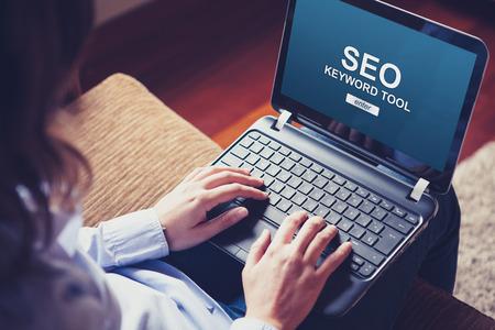 Femme utilisant un ordinateur portable pour effectuer un positionnement SEO sur un site Web.