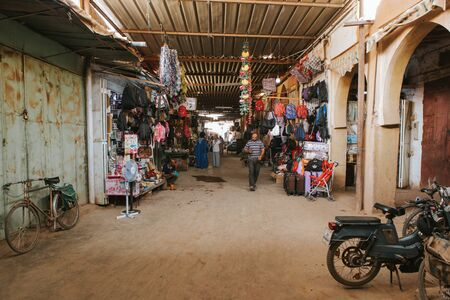 People walking along a corridor inside the Rissani bazaar market in Morocco. 에디토리얼