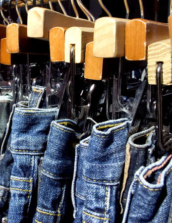 blue jeans on a rack Imagens