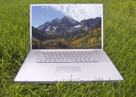 laptop in the grass Imagens