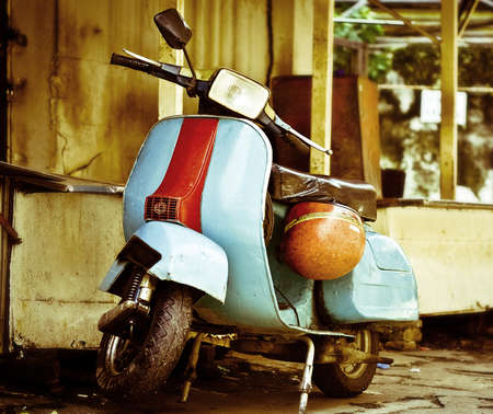 old vespa moped in china town KL malasia Foto de archivo