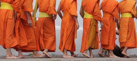 lao: moines marchant dans lao Banque d'images
