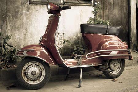 vespa piaggio: vecchio ciclomotore rosso