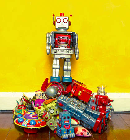 juguetes antiguos: robot toy stands on the oppresed Foto de archivo