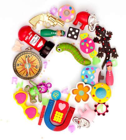 juguetes: la letra O hecha de pequeños juguetes