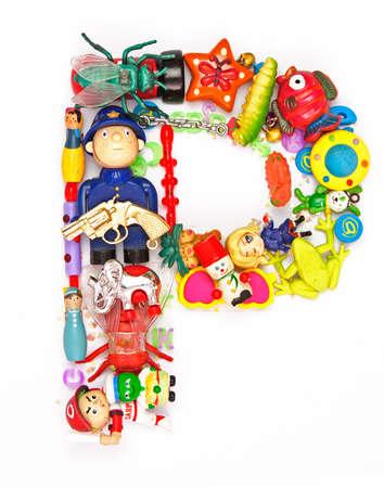lettre alphabet: la lettre P faite de petits jouets