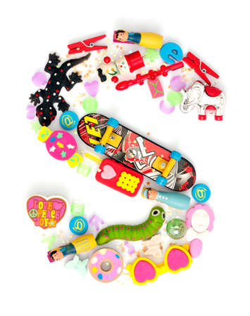 juguetes: la letra S hecha de peque�os juguetes