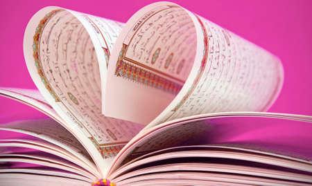 Le Coran livre avec une forme de coeur Banque d'images